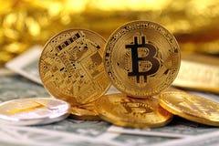 Физическая версия денег Bitcoin новых виртуальных и банкнот одного доллара Стоковые Фотографии RF