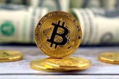 Физическая версия денег Bitcoin новых виртуальных и банкнот одного доллара Стоковая Фотография RF