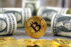 Физическая версия денег Bitcoin новых виртуальных и банкнот одного доллара Стоковое фото RF