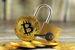 Физическая версия денег Bitcoin новых виртуальных и золотого padlock Стоковое Изображение