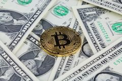 Физическая версия денег Bitcoin новых виртуальных на банкнотах одного доллара Стоковые Изображения RF