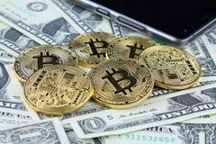 Физическая версия денег Bitcoin новых виртуальных на банкнотах одного доллара Наличные деньги bitcoin обменом для доллара Схемати Стоковые Изображения