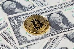 Физическая версия денег Bitcoin новых виртуальных на банкнотах одного доллара Наличные деньги bitcoin обменом для доллара Стоковое Изображение RF