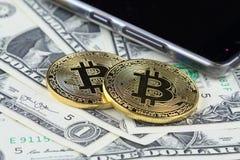 Физическая версия денег Bitcoin новых виртуальных на банкнотах одного доллара Наличные деньги bitcoin обменом для доллара Стоковые Фотографии RF
