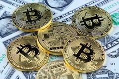 Физическая версия денег Bitcoin новых виртуальных на банкнотах одного доллара Наличные деньги bitcoin обменом для доллара Стоковые Фото