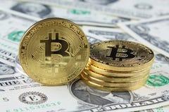 Физическая версия денег Bitcoin новых виртуальных на банкнотах одного доллара Наличные деньги bitcoin обменом для доллара Стоковая Фотография RF