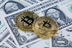 Физическая версия денег Bitcoin новых виртуальных на банкнотах одного доллара Наличные деньги bitcoin обменом для доллара Стоковые Изображения