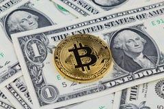 Физическая версия денег Bitcoin новых виртуальных на банкнотах одного доллара Стоковая Фотография