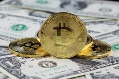 Физическая версия денег Bitcoin новых виртуальных на банкнотах одного доллара Стоковое фото RF