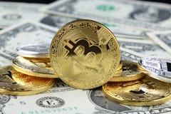Физическая версия денег Bitcoin новых виртуальных на банкнотах одного доллара Стоковые Изображения