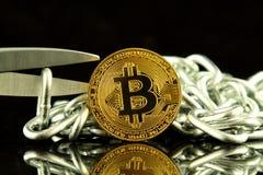 Физическая версия Bitcoin, ножниц и цепи Схематическое изображение для технологии Blockchain и трудного условия вилки ссылается к Стоковое Изображение