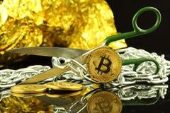 Физическая версия Bitcoin, ножниц и цепи Схематическое изображение для технологии Blockchain и трудного условия вилки ссылается к Стоковые Фото