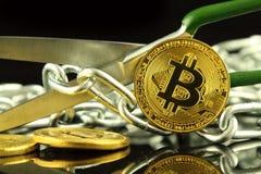 Физическая версия Bitcoin, ножниц и цепи Схематическое изображение для технологии Blockchain и трудного условия вилки ссылается к Стоковая Фотография RF