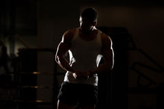 Физически человек показывая его вышколенную заднюю часть Стоковые Фото