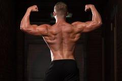 Физически человек показывая его вышколенную заднюю часть Стоковая Фотография RF