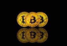 Физическое bitcoin на черной предпосылке с светлым пирофакелом, концепции cryptocurrency Стоковые Изображения