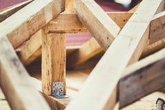 Фиксированный соединять с металлической пластиной деревянных балок на строительной площадке стоковое изображение rf