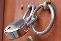 Фиксируя рычаг на ручке деревянной двери стоковая фотография rf