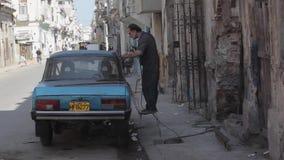 Фиксируя старый русский автомобиль в Гаване, Кубе сток-видео