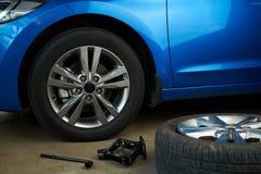 Фиксируя сломанное обслуживание колеса автомобиля Стоковая Фотография RF