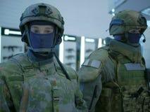 2 фиктивное в тактических одежде и шлемах на выставке стоковые изображения