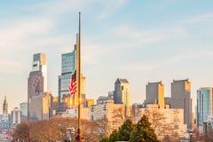 Филадельфия, Пенсильвания, США - декабрь 2018 - заход солнца с красивым американским флагом на Филадельфии стоковая фотография rf