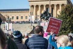 Филадельфия, Пенсильвания, США - 20-ое января 2018: Тысячи в Филадельфии соединяют в солидарности с ` s мартом женщин Стоковое Изображение