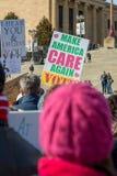 Филадельфия, Пенсильвания, США - 20-ое января 2018: Тысячи в Филадельфии соединяют в солидарности с ` s мартом женщин Стоковое Изображение RF