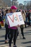 Филадельфия, Пенсильвания, США - 20-ое января 2018: Тысячи в Филадельфии соединяют в солидарности с ` s мартом женщин Стоковые Фотографии RF