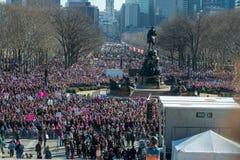 Филадельфия, Пенсильвания, США - 20-ое января 2018: Тысячи в Филадельфии соединяют в солидарности с ` s мартом женщин Стоковые Фото