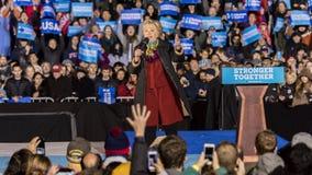 ФИЛАДЕЛЬФИЯ, PA - 22-ОЕ ОКТЯБРЯ 2016: Хиллари Клинтон и Tim Kaine агитируют для президента и вице-президента Соединенных Штатов стоковое изображение rf