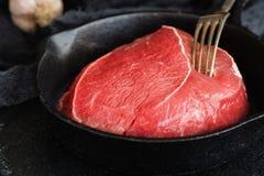 Филей говядины в железном skilet Стоковое Изображение
