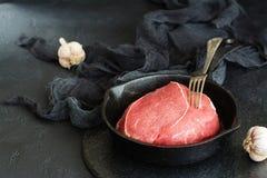 Филей говядины в железном skillet Стоковые Изображения
