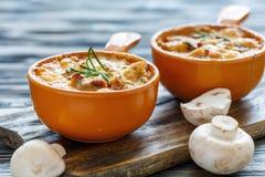 Филе и грибы цыпленка испекли в cream соусе Стоковое Изображение RF