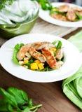 Филе и овощи жареного цыпленка на деревянном столе стоковые изображения