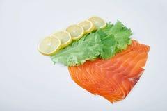 Филе копченых красных рыб с лимоном и травами, изолированной белой предпосылкой Стоковые Изображения RF