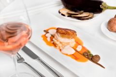 Филе морского черта с баклажаном и томатами стоковая фотография rf