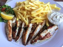 Филе окуня и французский картофель фри стоковые фото