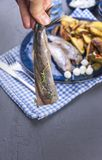 Филе сельдей в женской руке, испеченной в картошках печи и соленьях и луках Очень вкусная традиционная еда Голландии голландско стоковые изображения rf