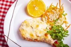 Филе семг, который служат с ризотто, салатом arugula и лимоном на белой плите стоковое изображение