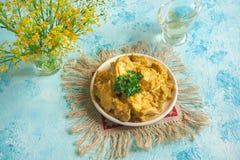 Филе цыпленка в пряном конце-вверх соуса кокоса на таблице Стоковые Фотографии RF