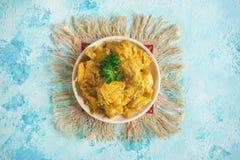 Филе цыпленка в пряном конце-вверх соуса кокоса на таблице Стоковое Изображение