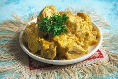 Филе цыпленка в пряном конце-вверх соуса кокоса на таблице Стоковая Фотография