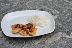 Филе цыпленка на белой плите Стоковое Фото