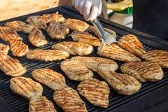 Филе цыпленка фотоснимка на барбекю зажженные выкружки цыпленка Стоковое Изображение RF