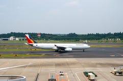 Филиппинские авиалинии на гудронированном шоссе авиапорта Narita Стоковые Фотографии RF