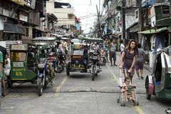 Филиппинские люди имея их ежедневную жизнь в улицах Манилы стоковая фотография