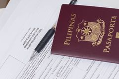 Филиппинский пасспорт применяясь для регистрации иммигранта и чужеземца США стоковая фотография rf