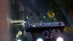Филировальная машина механической обработки Производит точную деталь золота в фабрике Механические инструменты для работы металла сток-видео