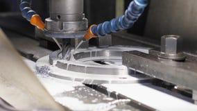 Филировальная машина производит деталь токарного станка металла на фабрике акции видеоматериалы